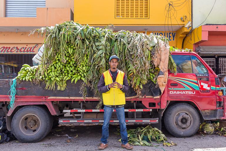 Entdeckungstour rund um Punta Cana | Wochenmarkt in Higuey - Bananentransport